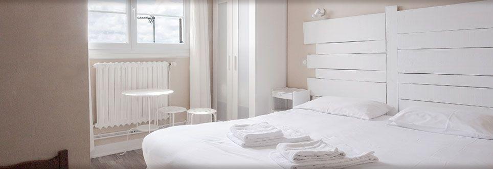 R servez votre chambre dans l 39 h tel bistrot saint tro sur le d 39 oleron - Chambre blanche et bois ...